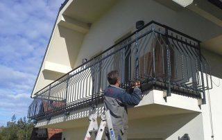 Balkonska ograja z elementi na katere je možno postavljati cvetlična korita